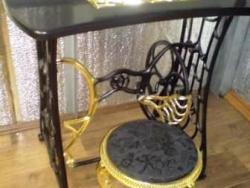 """Декорированная швейная машинка """" Кехлер"""" под стол и обновленный пуфик советских времен."""
